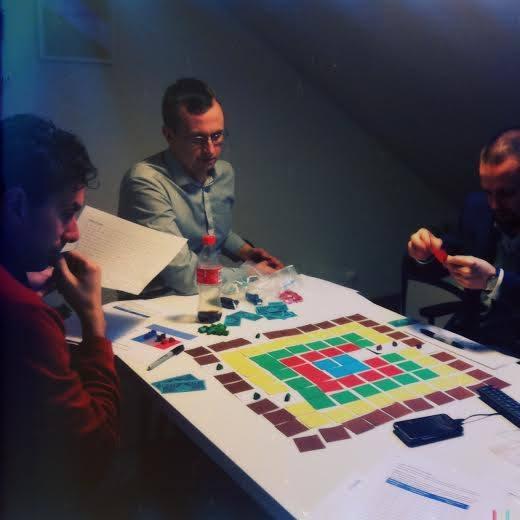 Privat foto: Tristan Kromer, Simen Fure Jørgensen og Tore Rasmussen tester en prototype av spillet.